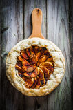 Tarte aux pommes sur le fond en bois rustique Photo stock
