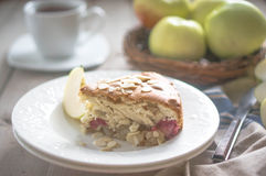 Tarte aux pommes sur le fond en bois rustique photo libre de droits
