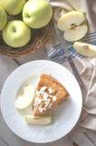 Tarte aux pommes sur le fond en bois rustique image libre de droits