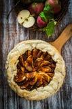 Tarte aux pommes sur le fond en bois rustique photos libres de droits