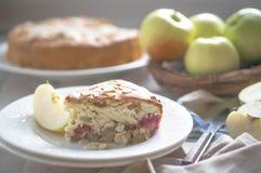 Tarte aux pommes sur le fond en bois rustique image stock