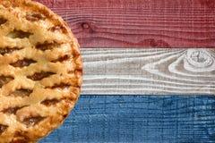 Tarte aux pommes sur le fond patriotique Image libre de droits