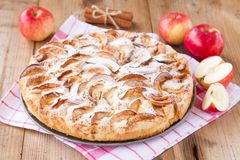 Tarte aux pommes sur un fond en bois avec de la cannelle Photos stock