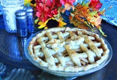 Tarte aux pommes sur une table pour le thanksgiving Images stock