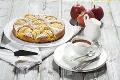 Tarte aux pommes, tasse de café et plat, pommes sur le bois Photo libre de droits