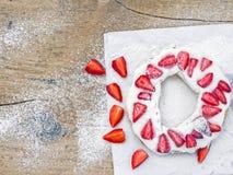Tarte avec de la crème et la fraise whiped Images stock