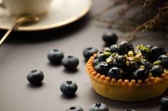 Tarte avec des myrtilles et des pistaches sur la table Photographie stock