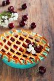 Tarte avec des pommes et des cerises photographie stock libre de droits