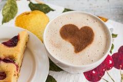 Tarte avec des prunes et une tasse de café et de coeur Photographie stock
