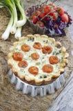 Tarte avec des tomates-cerises et des oignons sur le plat en aluminium de cuisson Photos stock