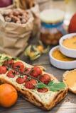 Tarte avec des tomates-cerises, sac de tarte de potiron, orange et de papier avec des écrous Images libres de droits