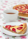 Tarte avec du chocolat et les fraises blancs Photographie stock