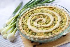 Tarte avec du fromage de chèvre et l'oignon vert Image stock