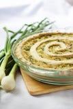 Tarte avec du fromage de chèvre et l'oignon vert Photo stock