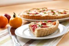 Tarte avec du fromage et des tomates de moutons Images stock
