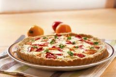 Tarte avec du fromage et des tomates de moutons Image libre de droits