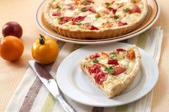 Tarte avec du fromage et des tomates de moutons Photographie stock