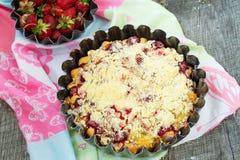 Tarte avec la rhubarbe et les fraises Foyer sélectif Photographie stock libre de droits