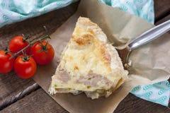 Tarte avec le chou-fleur, la courgette et le fromage images libres de droits