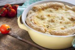Tarte avec le chou-fleur, la courgette et le fromage photo libre de droits