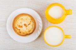 Tarte avec le fromage blanc, cruche de lait, lait dans la tasse Images libres de droits