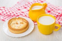 Tarte avec le fromage blanc, lait dans la cruche, dans la tasse Photographie stock libre de droits