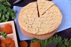 Tarte avec les abricots secs et complété avec la pâtisserie de trellis photographie stock