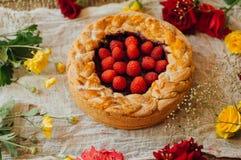 Tarte avec les baies fraîches Tarte faite maison décorée des baies Nourriture : Gâteau à l'envers de canneberge et de framboise t photos libres de droits