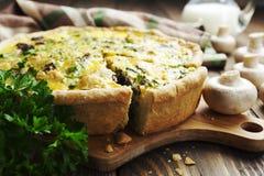 Tarte avec les champignons, le poulet et les herbes Image stock