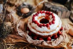 Tarte avec les fraises et la crème fouettée décorées de la prairie en bon état Photographie stock