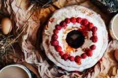 Tarte avec les fraises et la crème fouettée décorées de la prairie en bon état images libres de droits