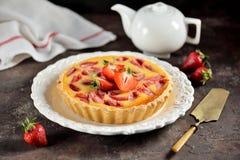 Tarte avec les fraises et la crème fraîches Images stock