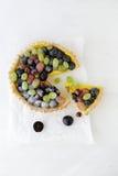 Tarte avec les fruits et la crème de crème anglaise Images libres de droits