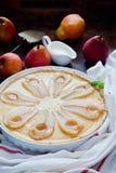 Tarte avec les poires et la crème anglaise rôties de vanille Photographie stock libre de droits