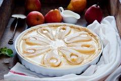 Tarte avec les poires et la crème anglaise rôties de vanille Photos stock