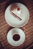 Tarte coupé en tranches de chocolat avec la cerise sur le dessus Photo libre de droits