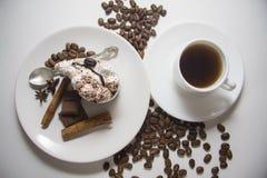 Tarte crème avec du café image stock
