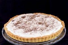 Tarte crème avec la poudre de chocolat image libre de droits