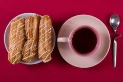 Tarte crème, gâteau et tasse savoureux de café fort Images stock