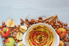 Tarte crue de pomme dans le plat de cuisson décoré des pommes fraîches, noisettes, bâtons de cannelle, anis Gâteau végétarien d'a images libres de droits