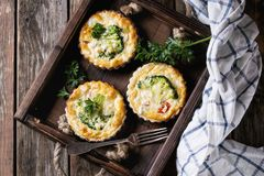 Tarte cuit au four de quiche avec des verts Photo libre de droits