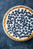 Tarte délicieuse de myrtille de dessert avec les baies fraîches et la crème fouettée, gâteau au fromage savoureux doux, tarte de  Photographie stock libre de droits