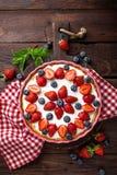 Tarte délicieux de fraise avec la myrtille fraîche et la crème fouettée sur la table rustique en bois, gâteau au fromage Image libre de droits