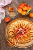 Tarte d'abricot décorée de l'amande Photographie stock libre de droits