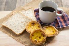 Tarte d'oeufs de plat en bois Photos stock
