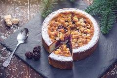 Tarte de baie de vacances de Noël fait maison ou de nouvelle année avec des écrous sur le fond en bois de table Concept des desse Image libre de droits