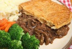 Tarte de bifteck avec la mâche et les légumes photo stock