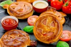 Tarte de casse-croûte de potiron de recette de Halloween avec du jambon et des tomates-cerises Image libre de droits