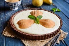 Tarte de chocolat avec le fromage blanc et les poires image libre de droits