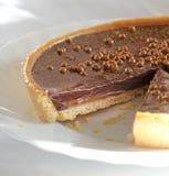 Tarte de chocolat et de caramel Photographie stock libre de droits